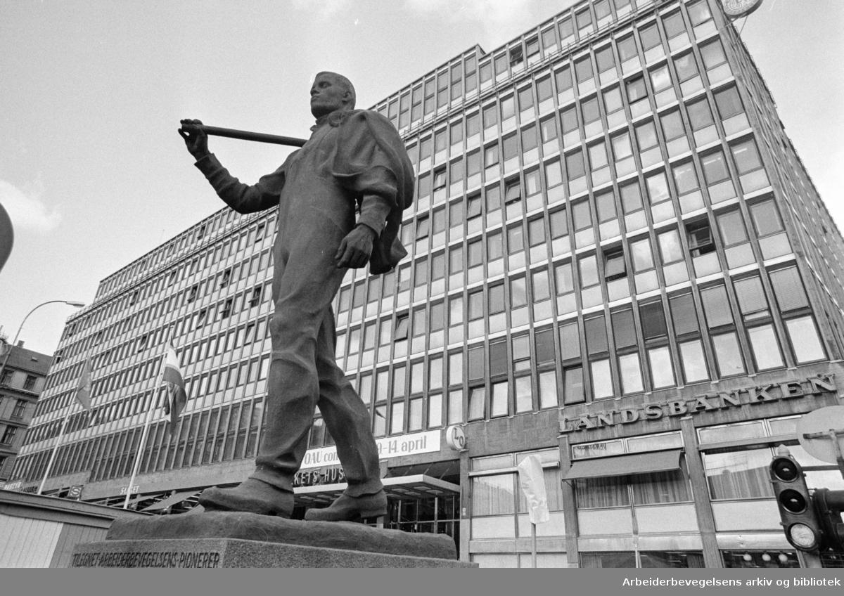 """Folkets Hus med """"Pioneren"""" foran. April 1963"""