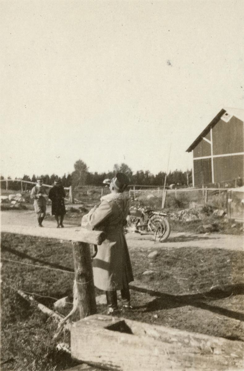 Paus vid landsvägen. Fälttjänstövning i Uppland.
