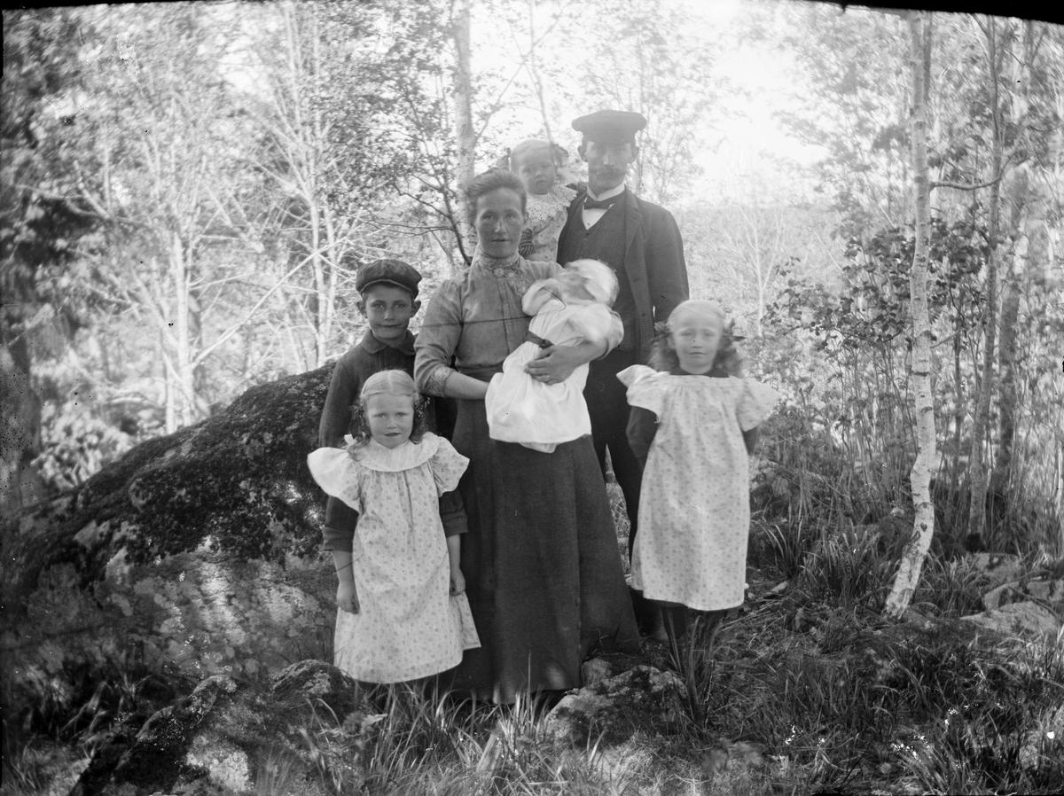 Familjeporträtt i skogsmark