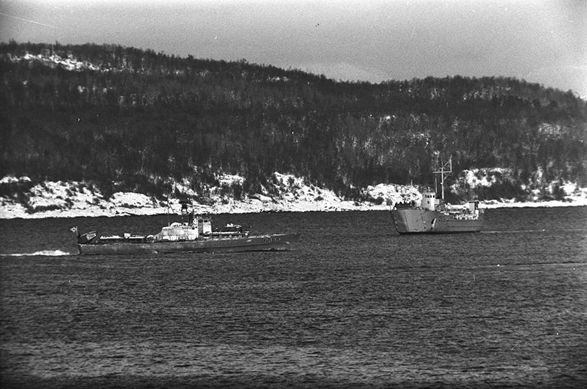 Fartøyer og landskap på havna i Harstad.