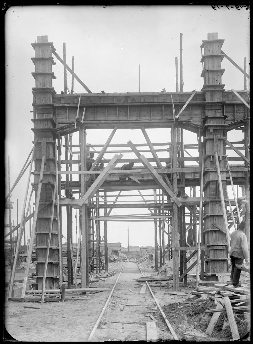 Byggnation av lokverkstaden vid Statens Järnvägars Järnvägsverkstäder i Kirseberg, Malmö.
