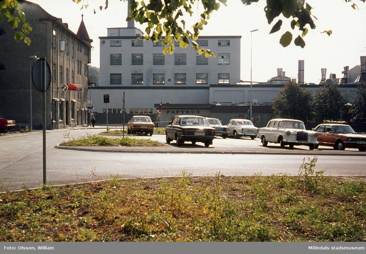 Trädgårdsgatans södra del, okänt årtal. Bostäder till vänster (Trädgårdsgatan 4) med tillhörande parkeringsplatser. Rakt fram ses Kvarnbygatan och Papyrus industriområde.