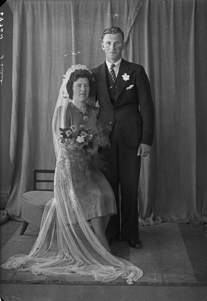Portrett. Ung kvinne og ung mann. Brudepar. Bestilt av Hans Østebøe. Aakra i Sønhorland.