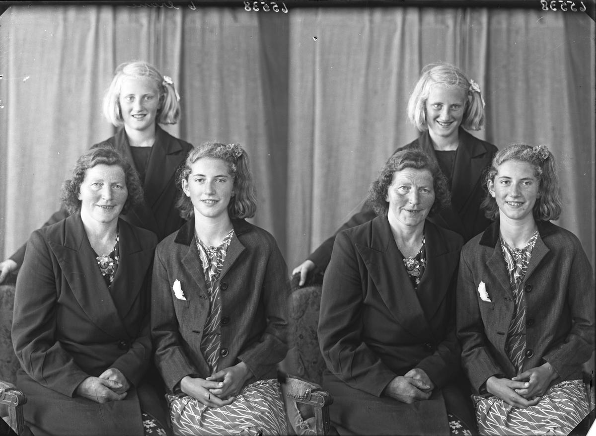 Gruppebilde. Familiegruppe på tre. Kvinne og to unge kvinner. Mor med døtre. Bestilt av Fru Elisa Lien. Sandvold. Sunnhordland.