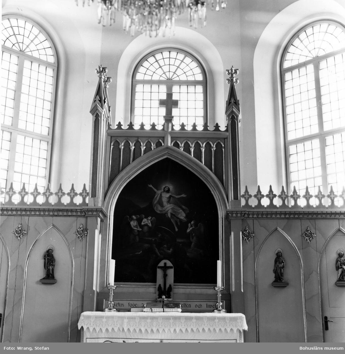 """Text till bilden: """"Kville kyrka. Altartavla. Oljemålning på duk av Agnes Börjesson 1866 efter F. Westin 1823. Altarkrucifix 1760. Träskulptur från gamla predikstolen. 1600-talet""""."""