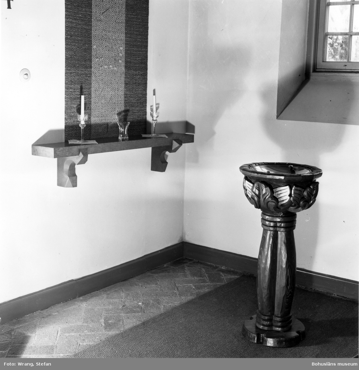 """Text till bilden: """"Munkedals kapell. Dopfunt""""."""