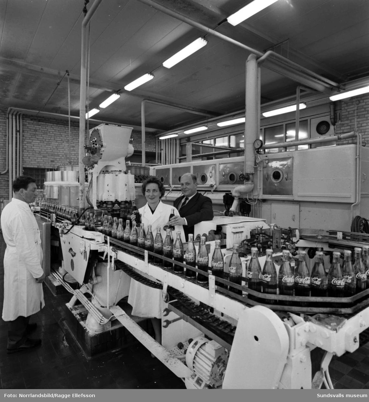 Coca-Cola lanserar en ny större flaska. Interiörbilder från fabriken i Nacksta.