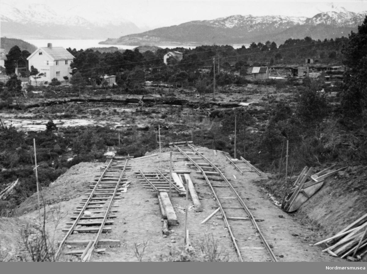 """""""Over """"Torvmyra"""" 1952"""". Foto fra byggingen av det som er kjent som """"nyveien"""" i følge KMb-2011-002.0054. Hvor Torvmyra befinner seg er mer usikkert. Muligens i Kristiansund."""