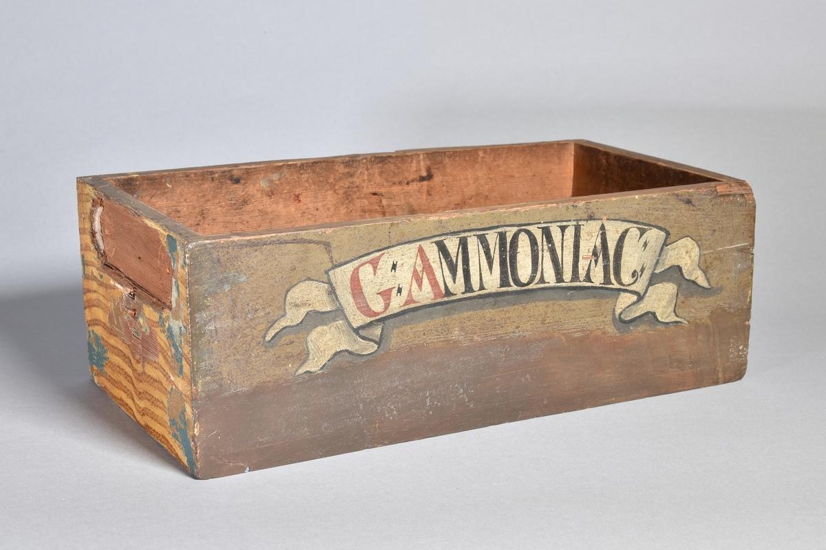 Låda, rektangulär, av trä, målad. Märke efter oval skylt på lådans kortsida.