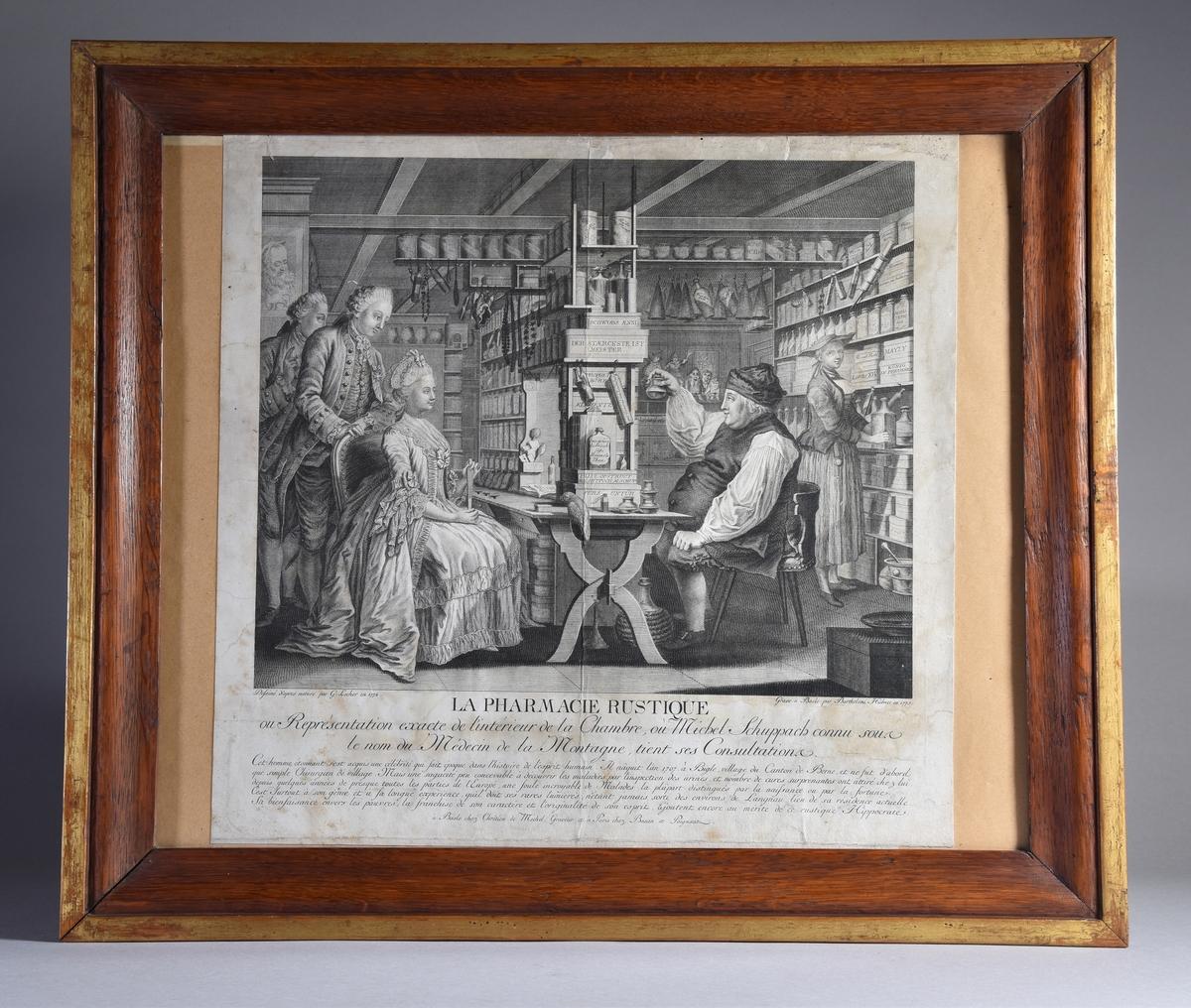 Interiörbild från apotek med apotekare, medhjälpare, kvinnlig kund och två medföljande män. Detaljerad skildring av inredning och redskap.