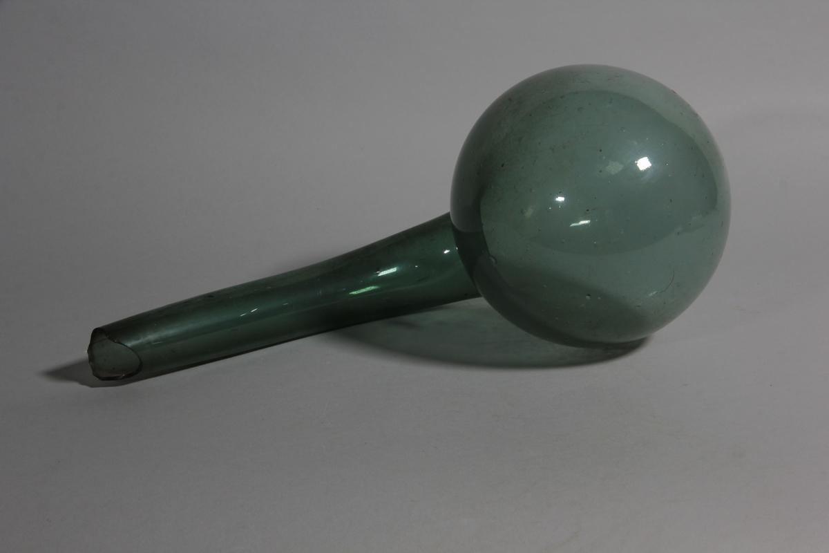 Retort av grönt glas, rund med böjd snabel.