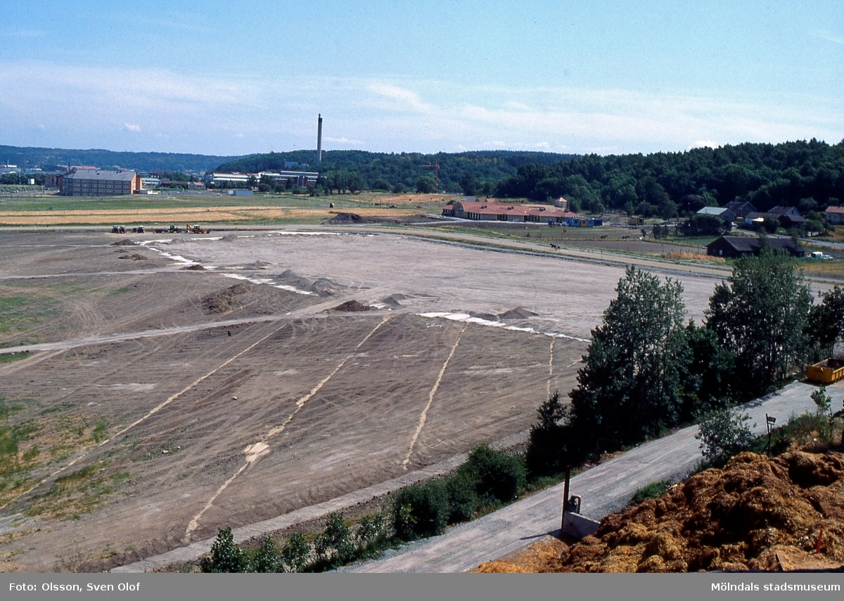 Balltorp i Mölndal, juni 1992. Vy från Brudberget mot öster. Dränering av beteshagarna är slutförd. Endast en av Åbys stallar är uppförd. Till höger ses stallet till Pålsegården 3.