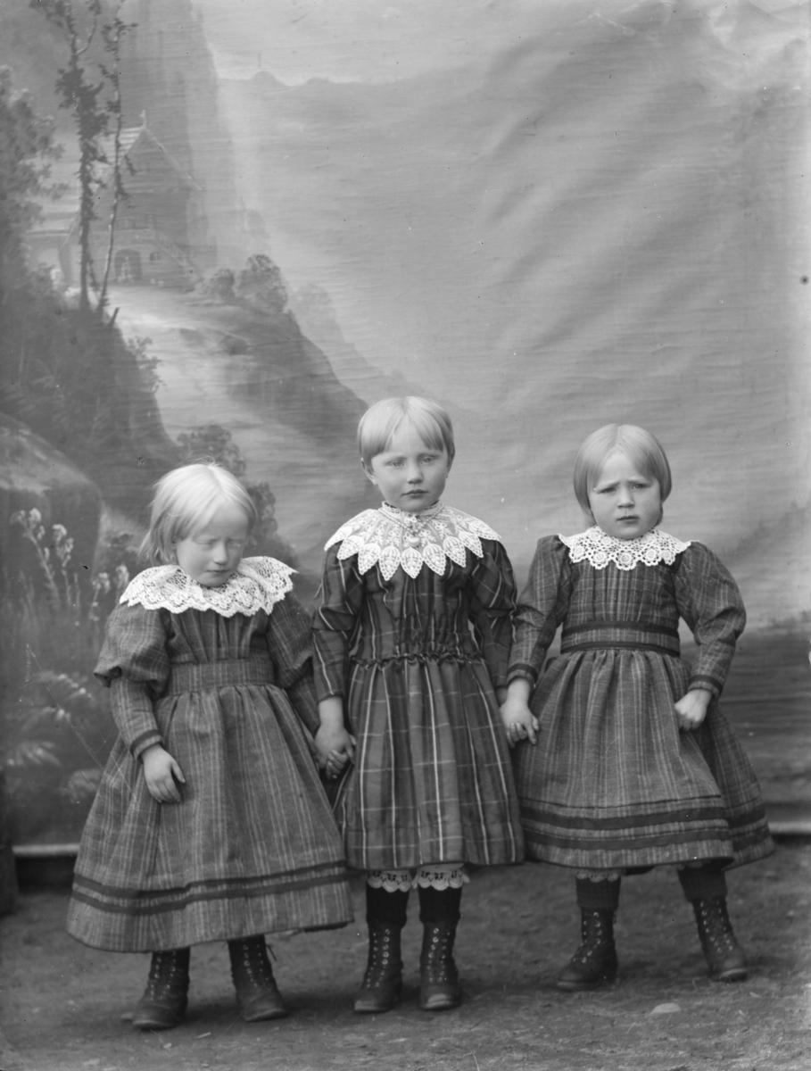 Gruppebilde, helfigur, tre småjenter, søsken
