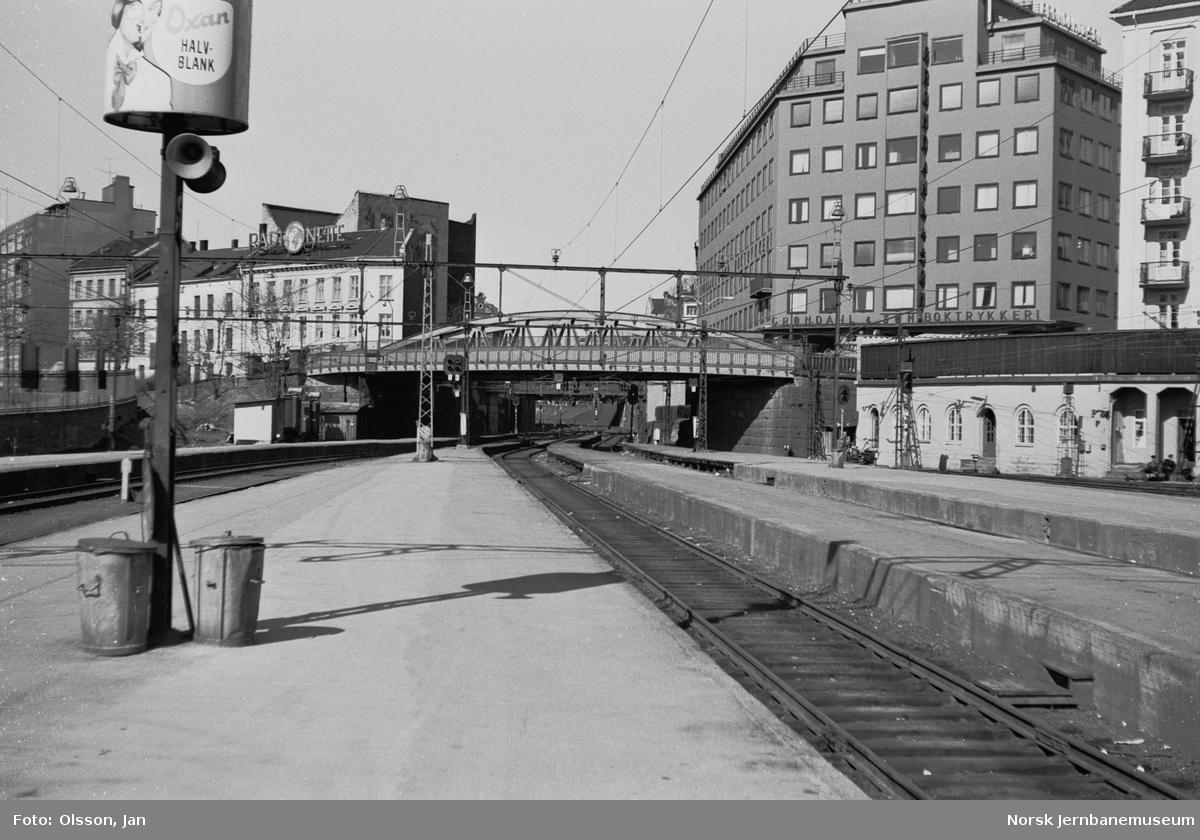 """Plattformer og spor på Oslo Vestbanestasjon. I bakgrunnen """"Strupen""""; skjæringen mellom Oslo V og Filipstad."""