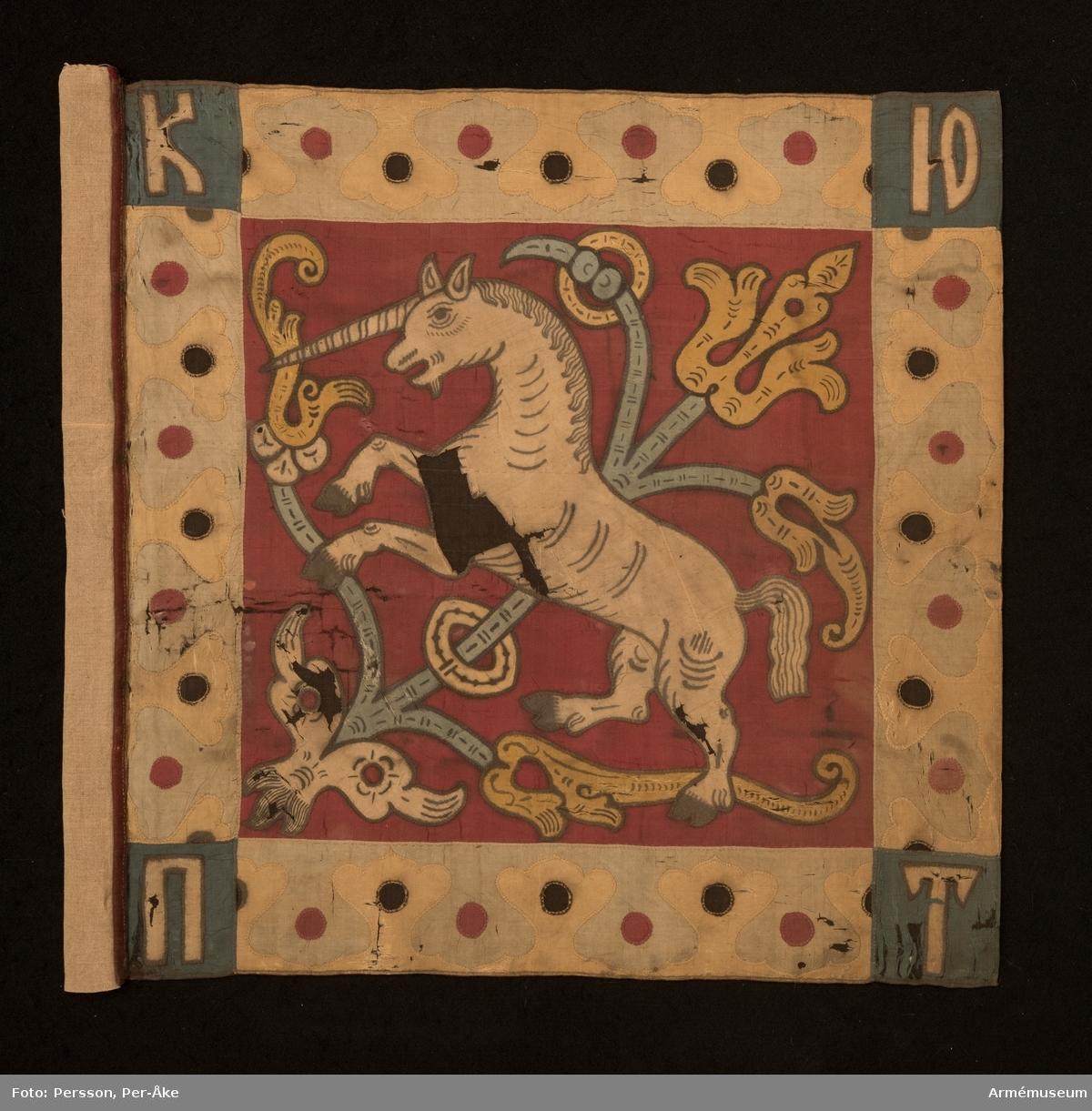 Duk av rött siden med bård i grönt och gult. Blå hörn. Motiv av en enhörning och ett blomsterornament. I hörnen de ryska bokstäverna för K, IO, P, T. Bokstäverna kan möjligen uttydas som Knes (prins) Jurij Petrovitj Trubetskoj. Sekundär strumpa.