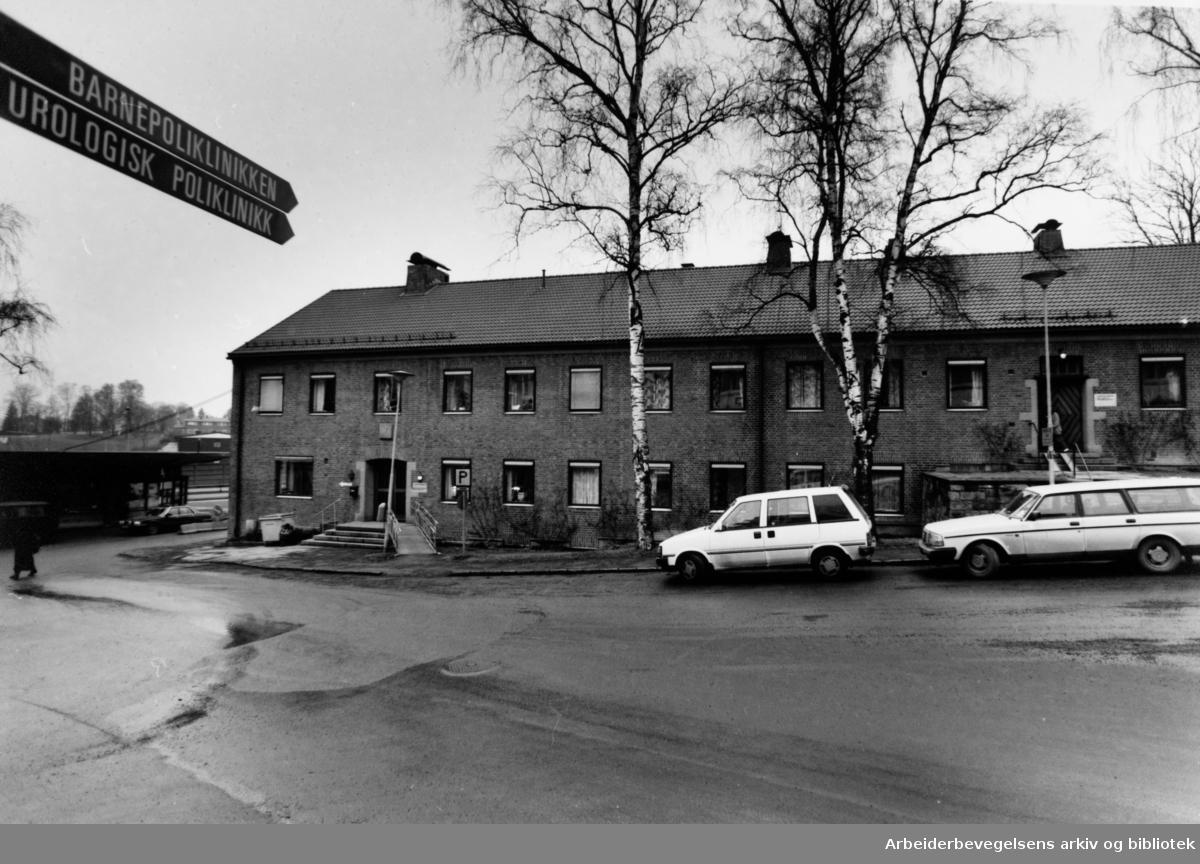 Aker sykehus. Barnepoliklinikken og urologisk poliklinikk. Eksteriør. Februar 1992