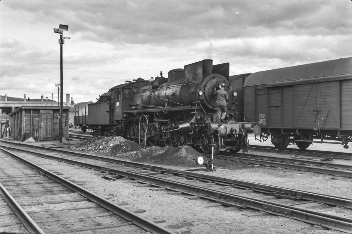 Slagging av damplokomotiv type 26a nr. 215. Lokomotivet har trukket dagtoget fra Oslo Ø til Trondheim, Pt. 301, på strekningen Hamar-Røros.