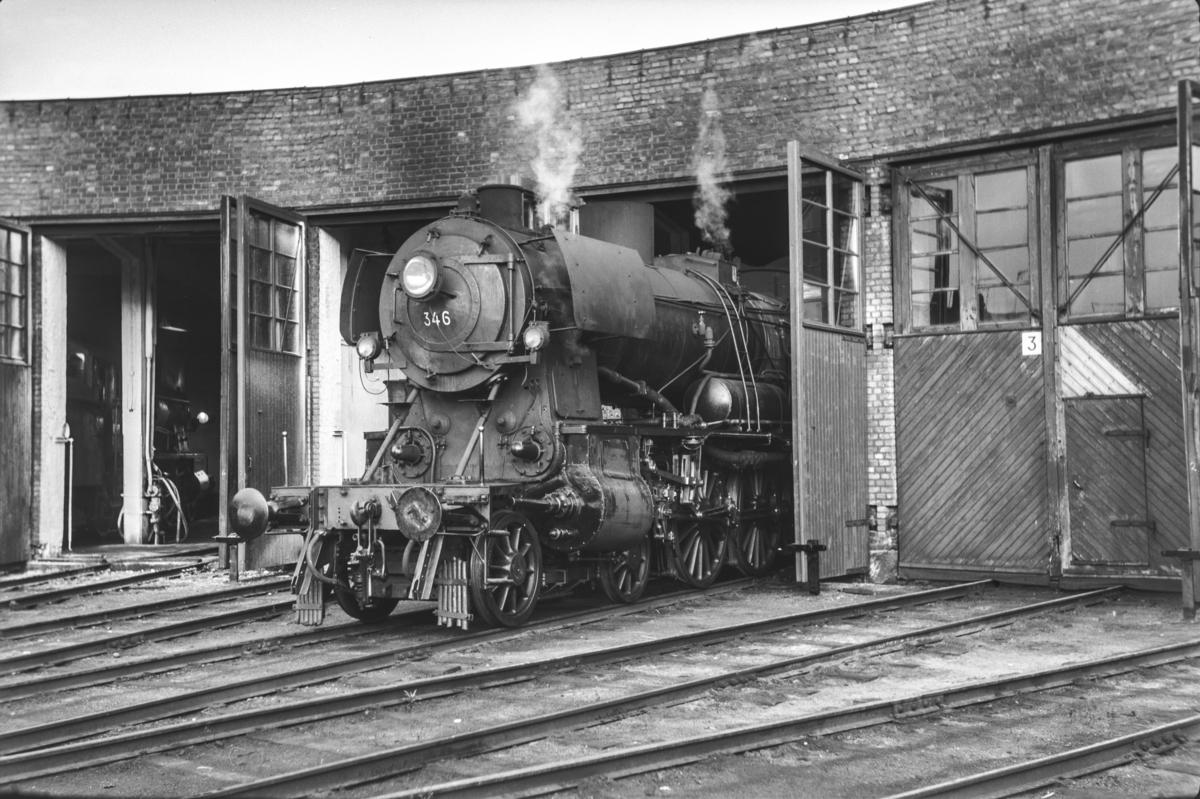 Damplokomotiv type 30b nr. 346 i lokomotivstallen på Hamar.