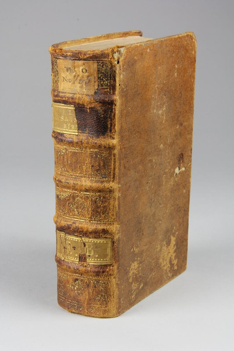 """Bok, helfranskt band """"La sainte bible traduite en françois sur la Vulgate"""", del 4. Skinnband med guldpräglad rygg i fem upphöjda bind, skuret rödstänkt snitt. Pärmarnas insidor klädda med marmorerat papper."""
