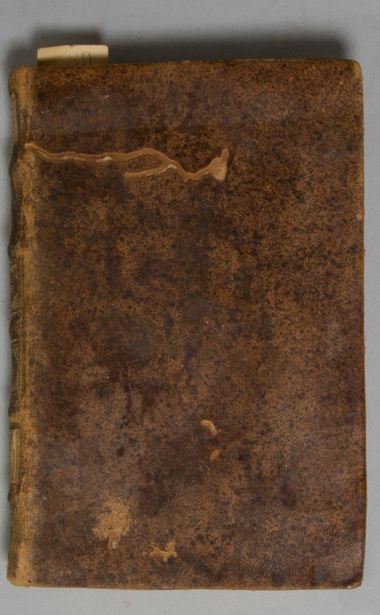 """Bok, helfranskt band """"Nouvelle Description de la France"""",del III, med kopparstick, skriven av Piganiol de la Force, tryckt i Amsterdam hos Du Villard & Changuion, 1719. Skinnband med blindpressad och guldornerad rygg i fem upphöjda bind, titelfält med blindpressad titel, fält med volymens nummer och ett fält med ägarens initialer samt påklistrad pappersetikett. Med stänkt snitt."""