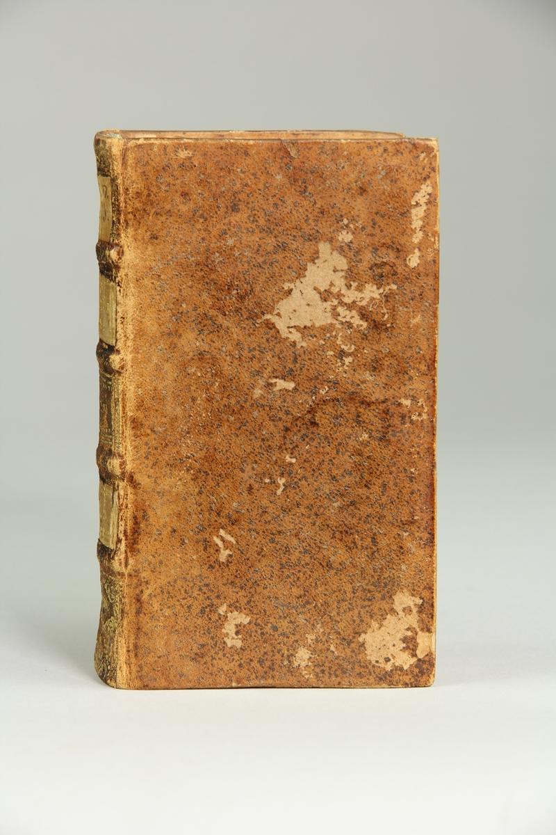 """Bok, helfranskt band, """"Histoire des croisades pour la delivrance de la terre sainte"""", del II, skriven av Louis Maimbourg, utgiven i Paris hos Sebastien Mabre-Cramoisy 1731. Skinnband med blindpressad och guldornerad rygg i fyra upphöjda bind, titelfält med blindpressad titel , fält med volymens nummer, ett fält med ägarens initialer samt påklistrad pappersetikett. Med rödstänkt snitt."""