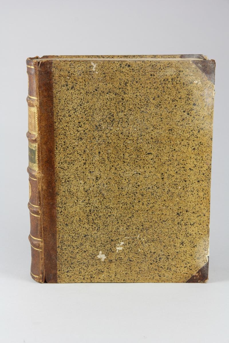 """Bok, halvfranskt band """"Le grand vocabulaire francois ... par une société de gens de lettres"""", del 18, utgiven i Paris 1771. Band med pärmar av papp med påklistrat stänkt papper, hörn och rygg av skinn med fem upphöjda bind med guldpräglad dekor, titelfält med blindpressad titel och ett mörkare fält med volymens nummer. Med stänkt snitt. Påklistrad etikett märkt med bläck """"No 2."""" samt etikett med volymens innehåll."""