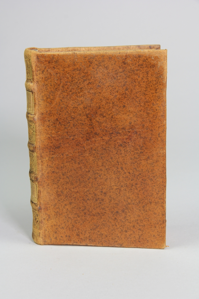 """Bok, helfranskt band """"La clef du cabinet des princes de l´Europe"""", del 56, tryckt i Luxemburg 1732. Skinnband med blindpressad och guldornerad rygg i fem upphöjda bind, titelfält med blindpressad titel,  fält med volymens nummer (nästan utplånat), fält med ägarens initialer samt påklistrad pappersetikett.  Marmorerat papper på pärmarnas insida. Med rödstänkt snitt."""