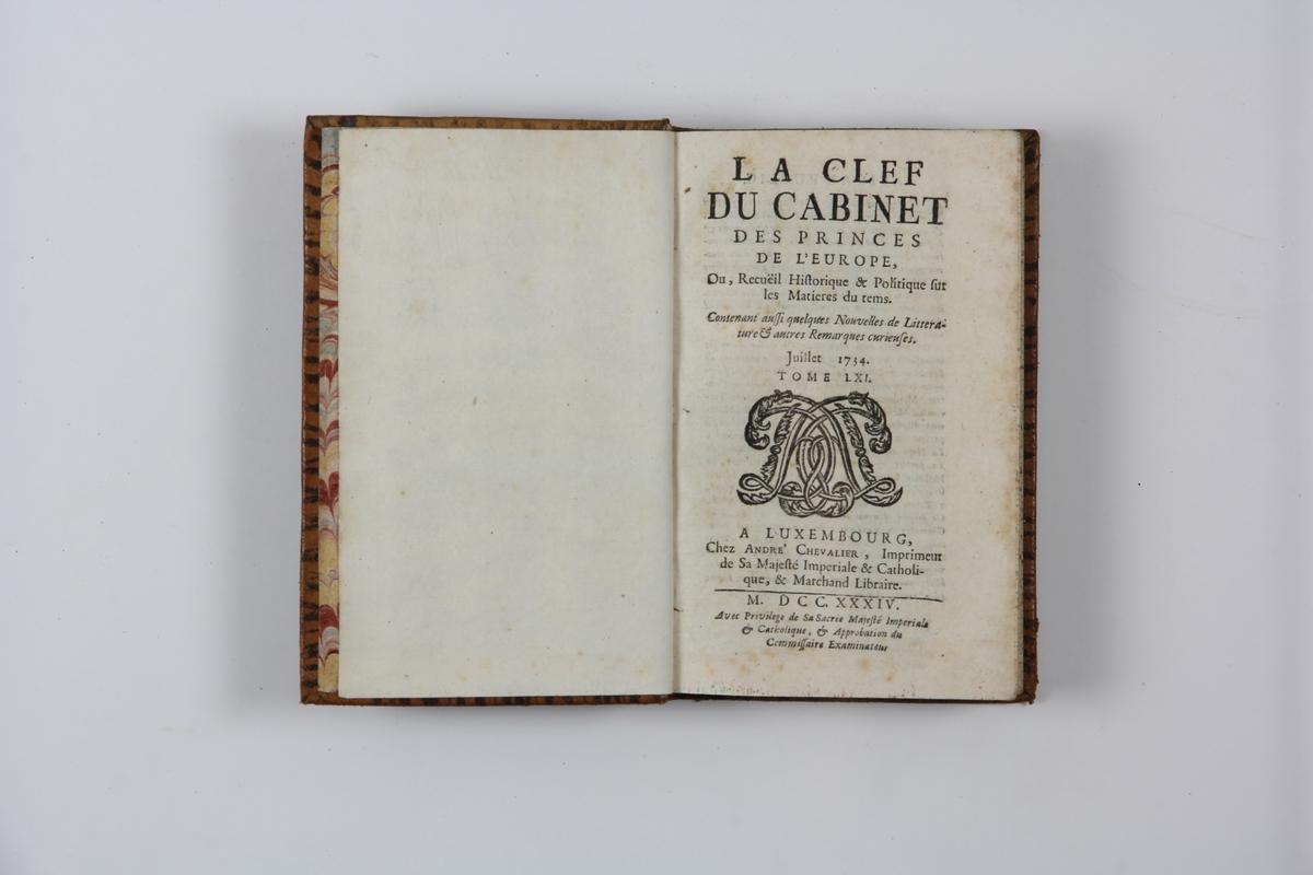 """Bok, helfranskt band """"La clef du cabinet des princes de l´Europe"""", del 61, tryckt i Luxemburg 1734. Skinnband med blindpressad och guldornerad rygg i fem upphöjda bind, titelfält med blindpressad titel,  fält med volymens nummer, fält med ägarens initialer samt påklistrad pappersetikett. Marmorerat papper på pärmarnas insida.   Med rödstänkt snitt."""