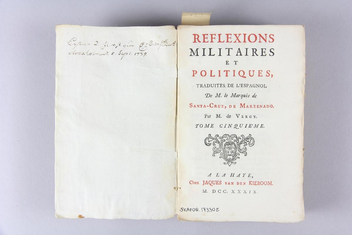 """Bok, häftad, """"Réflexions militaires et politiques"""", del 5. Pärmar av marmorerat papper, oskuret snitt. Etikett med titel och samlingsnummer på ryggen. Ej uppskuren. Anteckning om inköp."""