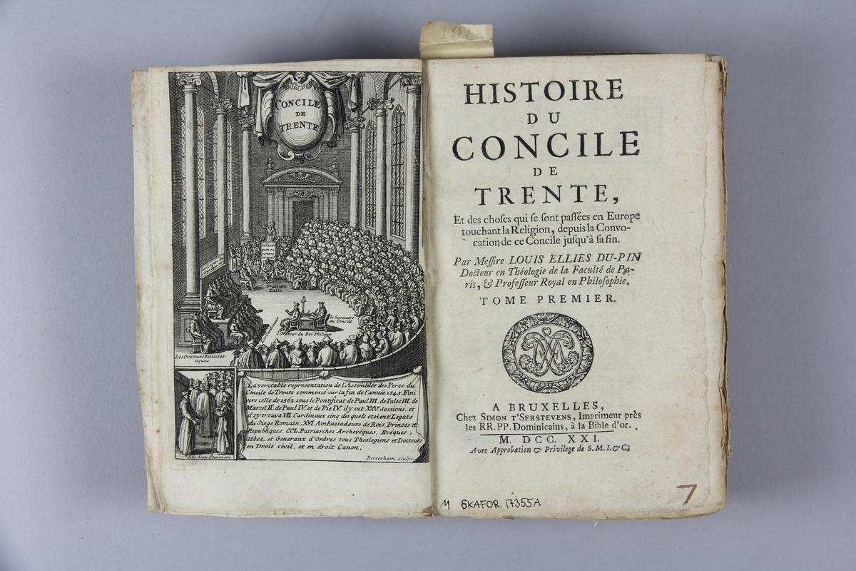 """Bok, pappband, """"Histoire du concile de Trente"""", del 1, tryckt 1721 i Bryssel. Pärmar av marmorerat papper, blekt rygg med påklistrade etiketter med titel och samlingsnummer. Oskuret snitt. Anteckning om inköp."""