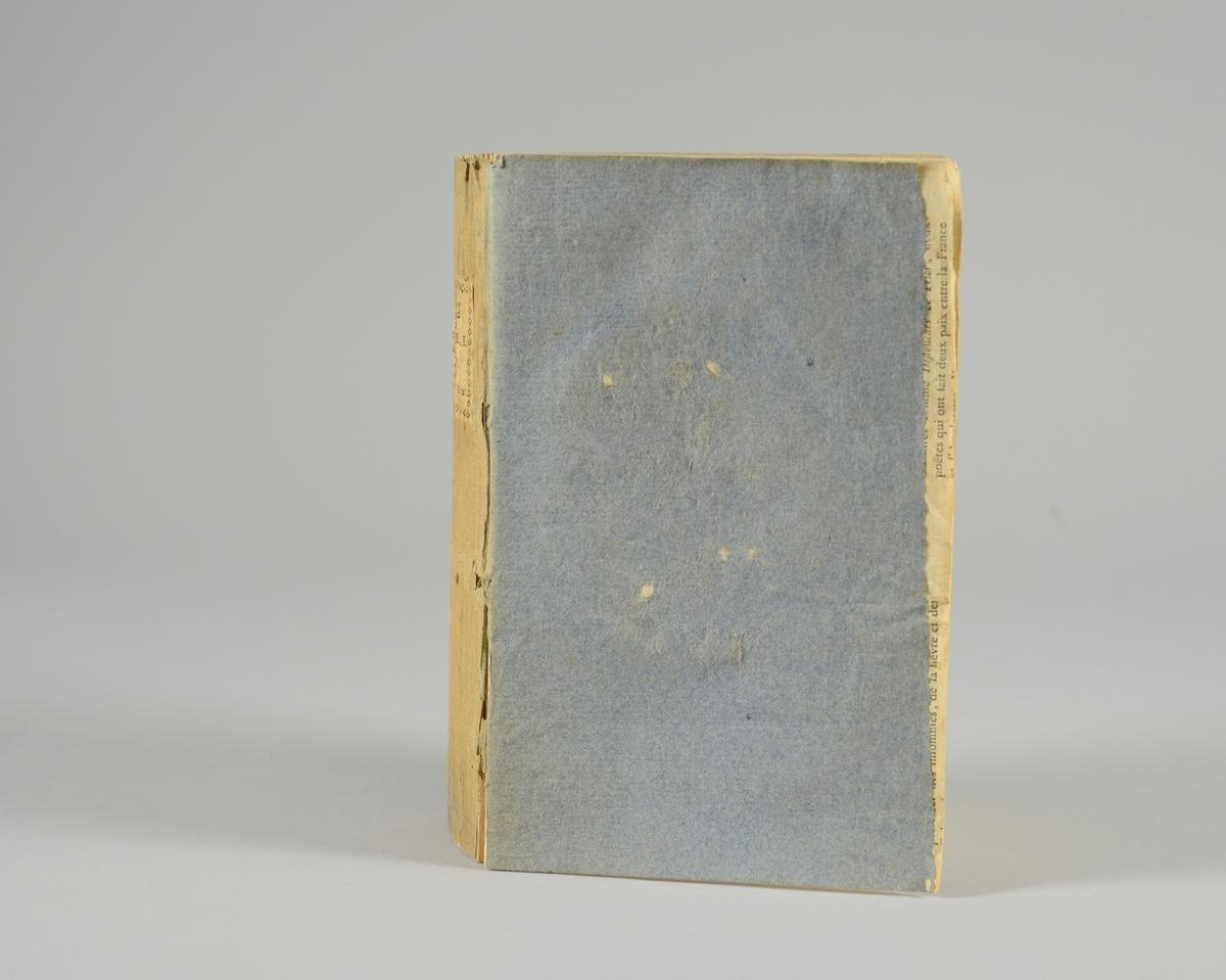 """Bok, pappband,""""Oeuvres completes de Voltaire"""", del 26 """"Histoire du parlement de Paris """", tryckt 1785. Pärmen klädd med gråblått papper, på pärmarnas insidor klistrade sior ur annan bok. Med skurna snitt. På ryggen klistrad pappersetikett med tryckt text samt volymens nummer. Ryggen blekt."""