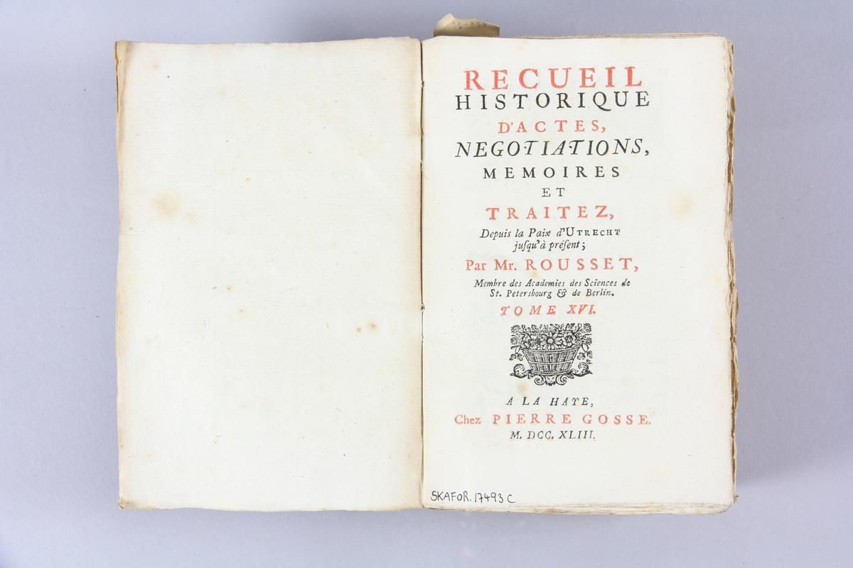 """Bok, pappband, """"Recueil historique d´actes, negotiations... depuis la paix d´Utrecht"""", del 16, tryckt 1743 i Haag. Marmorerade pärmar av papper, blekt rygg med etiketter med bokens titel, närmast utplånad, och samlingsnummer. Oskuret snitt, ej uppskuren."""