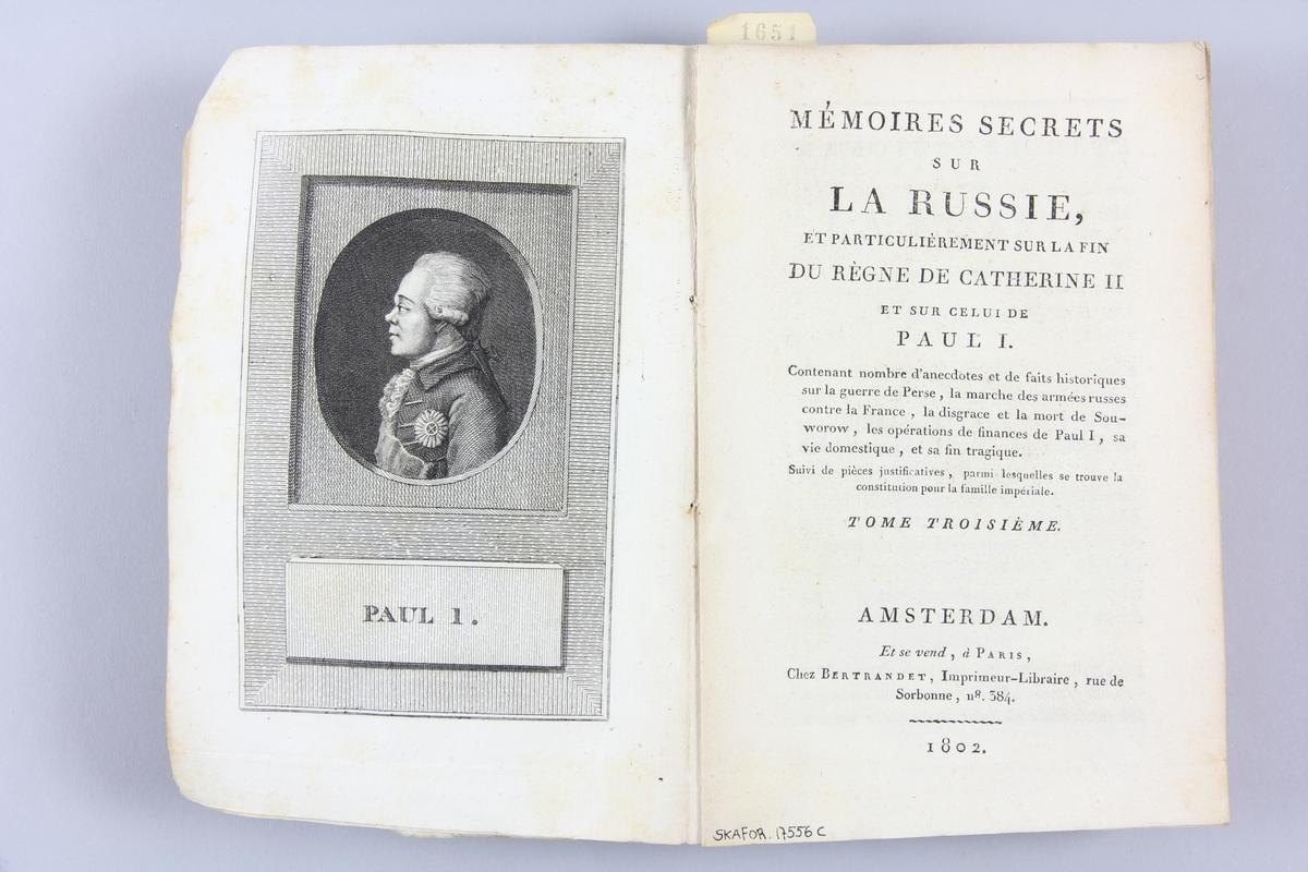 """Bok, häftad """"Mémoires secrets sur la Russie"""", del 3, utgiven 1802 i Amsterdam. Pärmen av gråblått papper, blekt rygg. Med skurna snitt. På ryggen tryckt etikett med titel och samlingsnummer. På pärmarnas insidor klistrade sidor ur annan bok."""