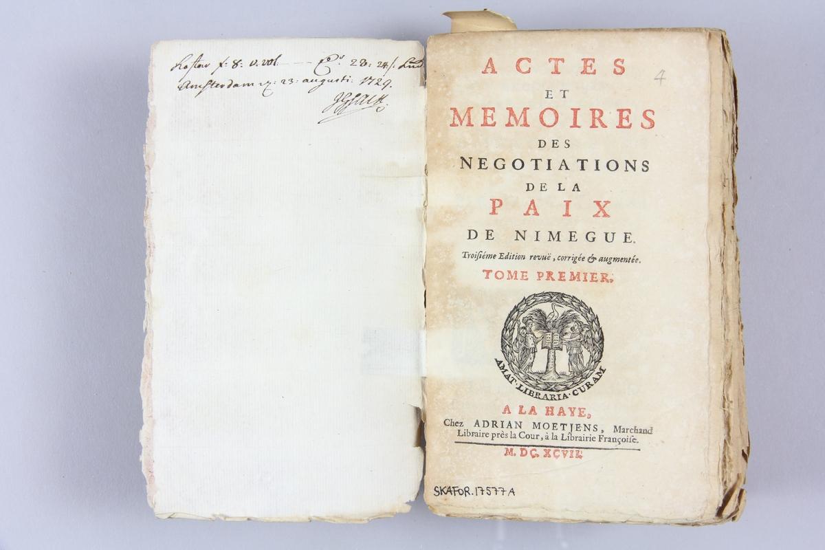 """Bok, häftad, """"Actes et mémoires des negotiations de la paix de Nimegue"""", del 1, tryckt 1697 i Haag. Pärmar av marmorerat papper, Blekt rygg med etikett med  bokens titel samt samlingsnummer. Oskuret snitt, ej uppsprättad. Anteckning om inköp."""