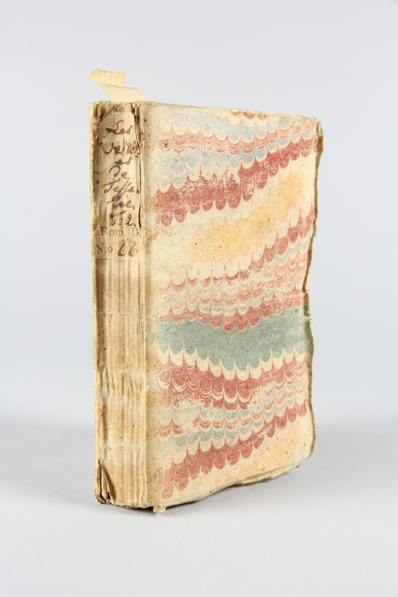 """Bok, häftad """"Les veillées de Thessalie"""", del 2, tryckt 1735 i Leiden. Pärm av marmorerat papper, oskuret snitt. På ryggen etikett med titel och samlingsnummer."""