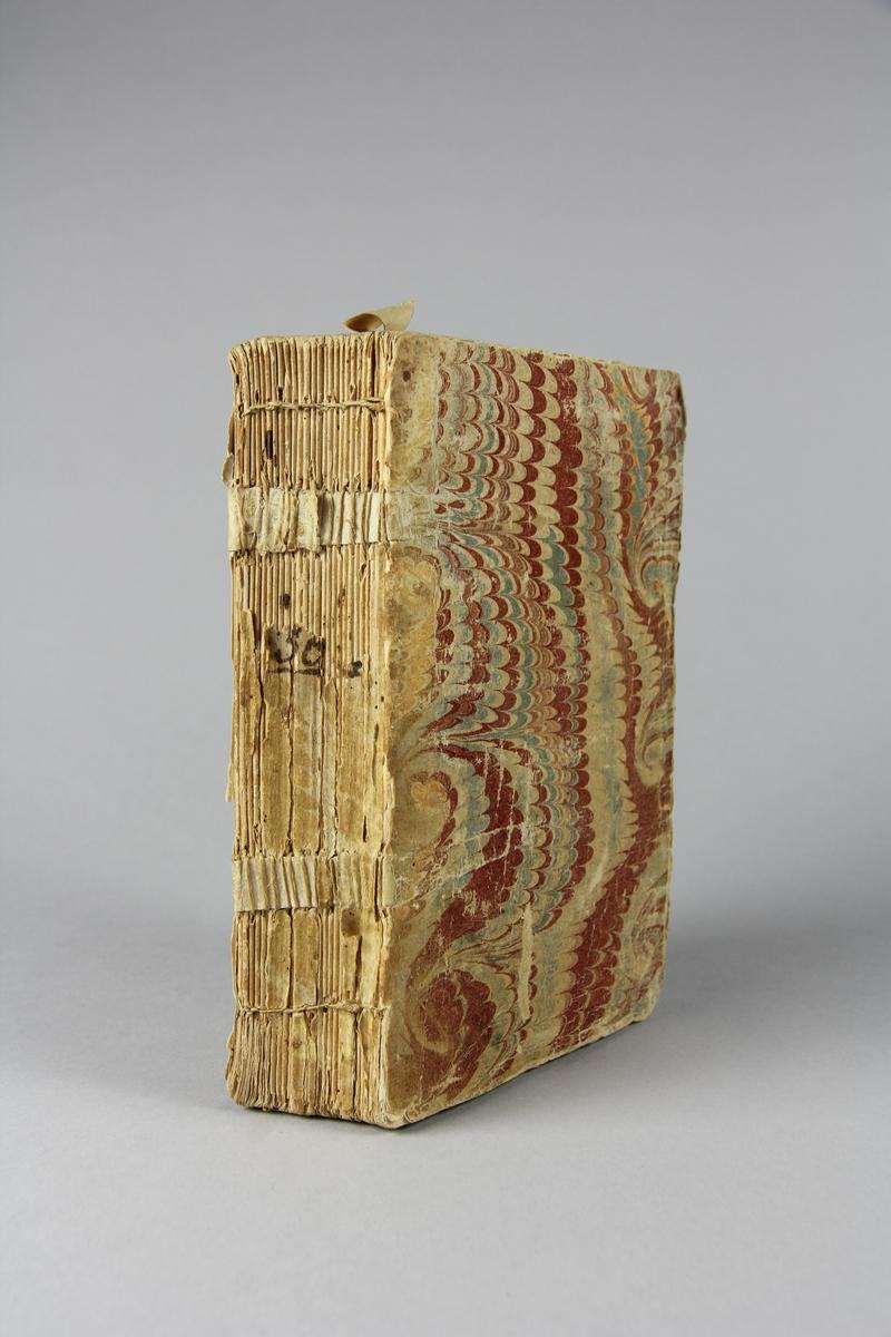 """Bok, häftad, """"Amusemens des eaux de Spa"""", del 1, tryckt i Amsterdam 1734. Pärm av marmorerat papper, oskurna snitt. Ryggen skadad. Illustrerad med kopparstick."""