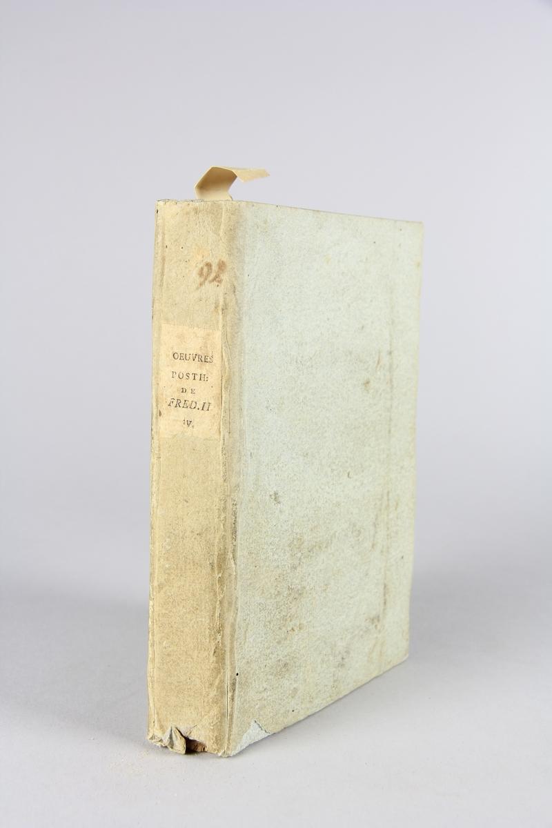 """Bok, häftad, """"Oeuvres posthumes de Frederic II, roi de Prusse"""", del 4. Pärmar av grågrön papp, skuret snitt. Samlingsnummer samt etikett med titel."""