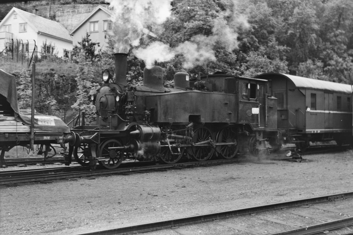 Skifting med damplokomotiv type 20b nr. 201 på Flekkefjord stasjon.