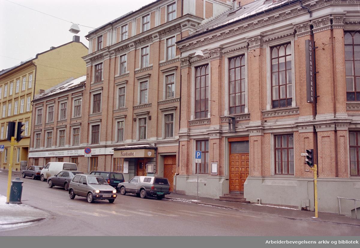 Akersgata. Denne bygningen øverst i Akersgata ble reist etappevis fra 1885- 1927, og arkitektene var Henrik Thrap-Meyer og Henrik Bull. Februar 1996