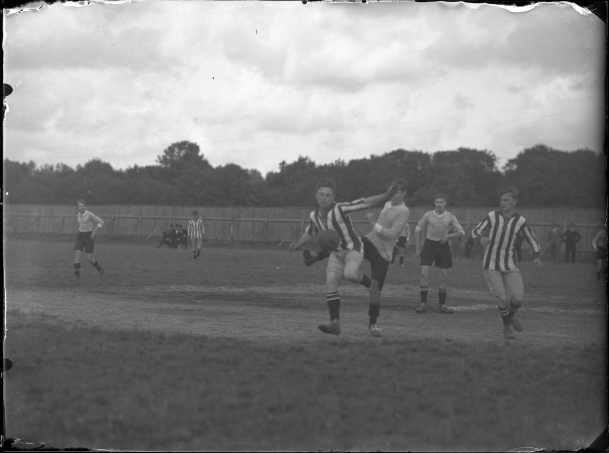 Situationsbilder från fotbollsmatch mellan Alingsås Idrottsförenings (AIF) juniorlag och Rävlanda.