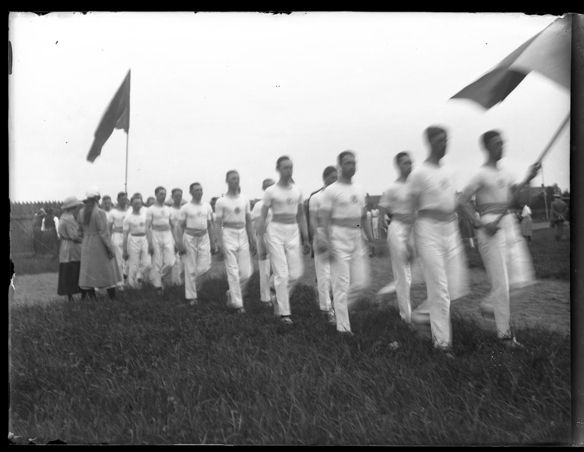 Alingsås Idrottsförenings (AIFs) trupp vid parad på Skara idrottsplats.