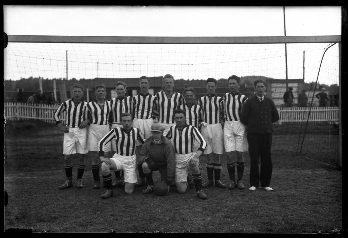Gruppbild på Kaboms fotbollslag uppställda framför ett fotbollsmål.