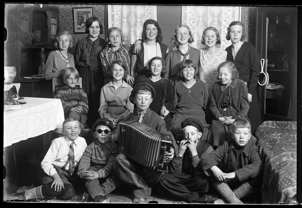 Bild av en grupp med barn tagen i samband med ett barnkalas hos familjen Hjelm.