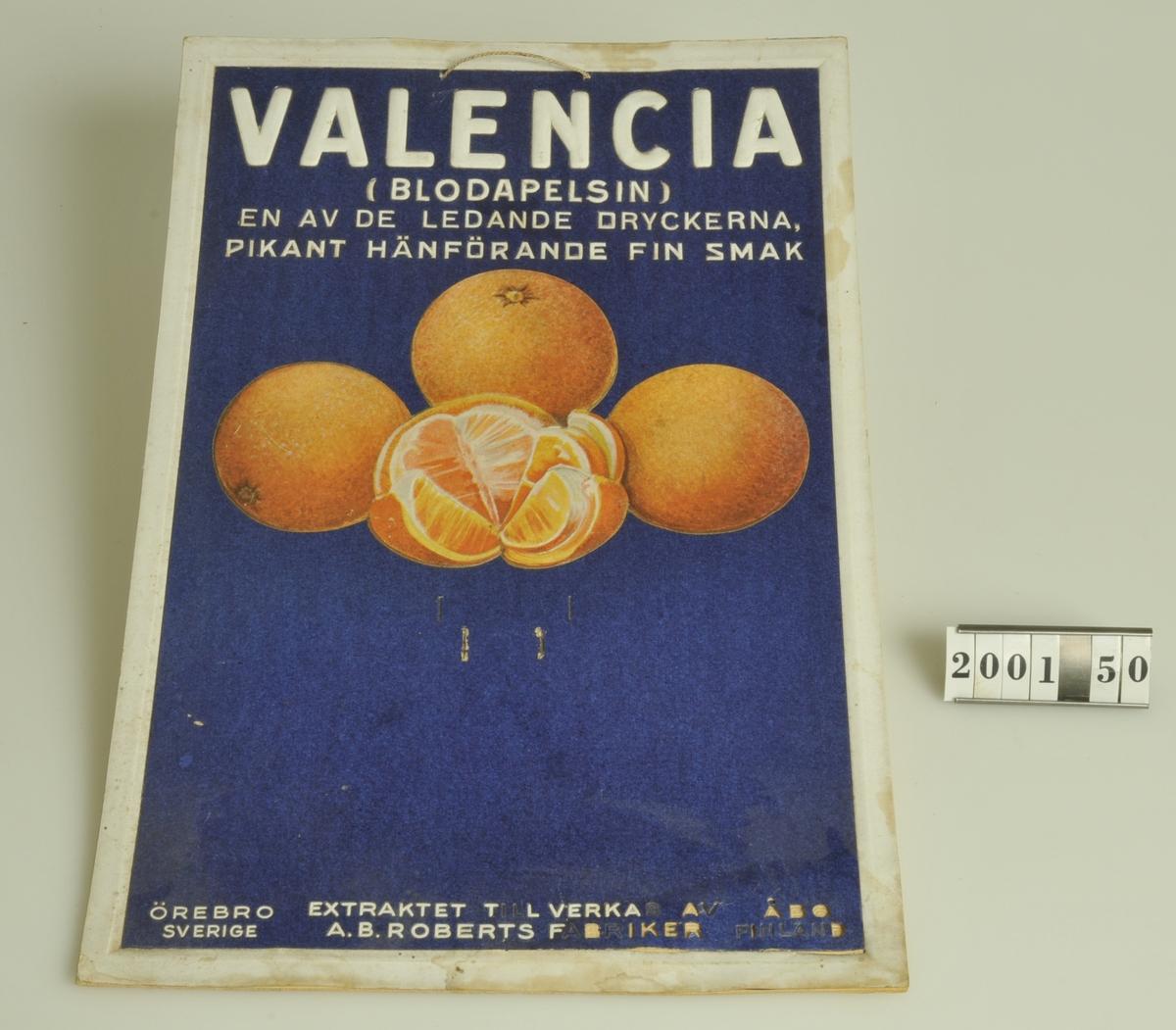 Reklam för Valencia apelsin extrakt. Har märken på mitten som kan betyda att en almanacka varit fäst vid skylten.  Flera av bokstäverna i den nedre delen har fallit av.