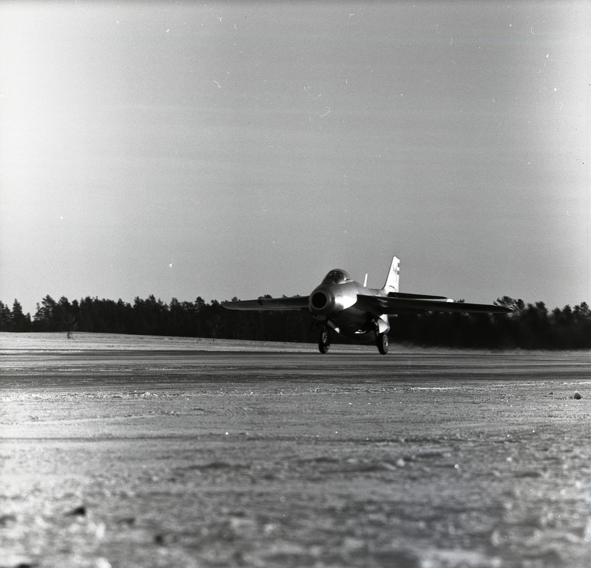 Ett startande flygplan av modellen J29 Tunnan i Söderhamn den 17 januari 1957.