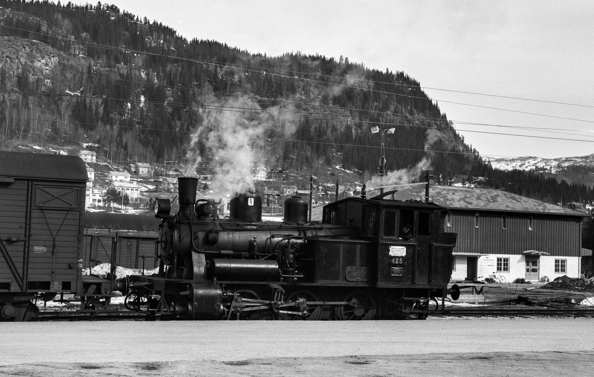 Damplokomotiv type 25d nr.  425 i skiftetjeneste på Ål stasjon.