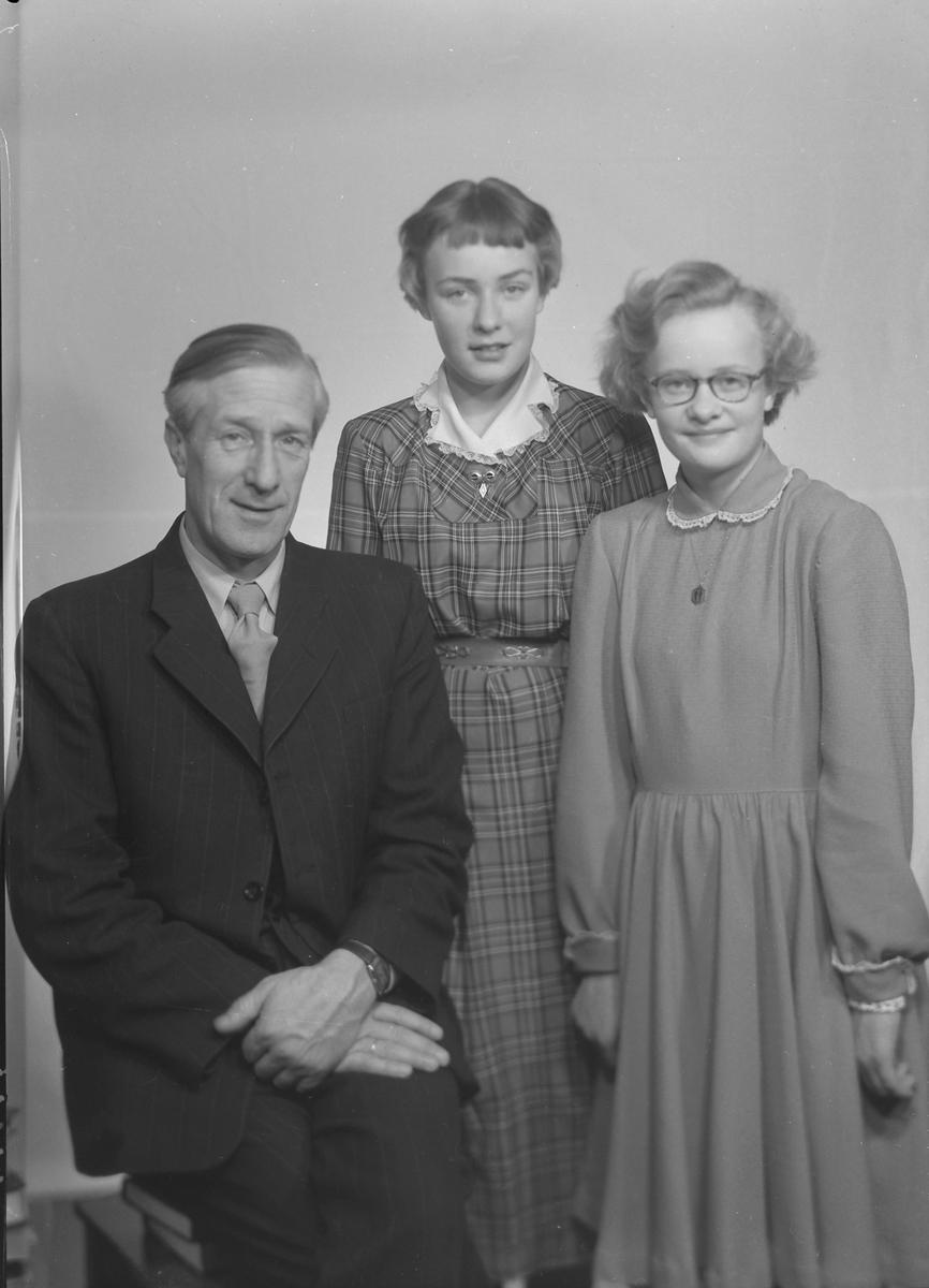 Vermund Benum med døtrene Turid og Sissel