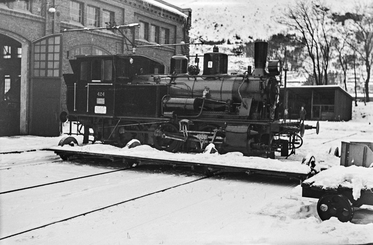 Nyrevidert damplokomotiv type 25d nr. 424 på traversen utenfor Kronstad verksted ved Bergen.