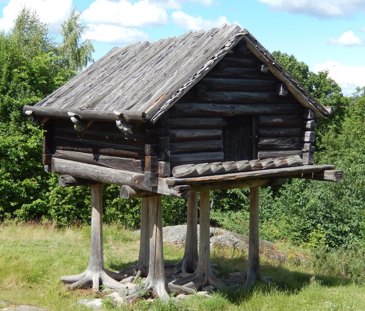 Stolpboden i Saemien sïjte är knuttimrad och bärs upp av ett stolpunderrede av sex ganska höga stubbar vars rotben har kvarlämnats, så att byggnaden står på ett slags fågelfötter. Stolpboden har ett sadeltak som har granbark och näver som tätskikt samt takved. Ovanför dörren på insidan finns årtalet 1886 inristat.  Stolpboden kommer ursprungligen från ett viste vid Oldfjället i nuvarande Njaarke samebys område i Nordvästra Jämtland, men flyttades till Skansen 1915.
