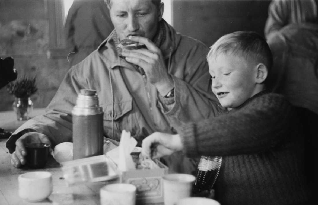Leirfjord, Simsødalen. Matpause for f.v.: Claus Staurem og sønnen Svein Staurem (ble sorenskriver). Bildet er brukt i Leirfjordkalenderen - januar 2008